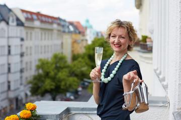 Erwachsene Frau auf Balkon
