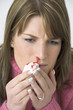 Frau mit Nasenbluten