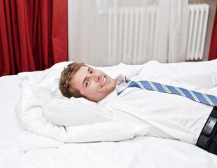 Mann im Hotelzimmer