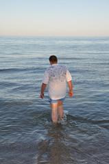 Мужчина входит в море