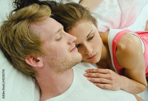 Im Bett Kuscheln : junges p rchen beim kuscheln im bett stockfotos und lizenzfreie bilder auf bild ~ Watch28wear.com Haus und Dekorationen