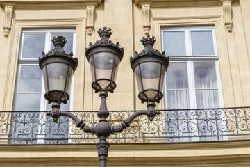 Historische Straßenlaterne in Paris, Frankreich