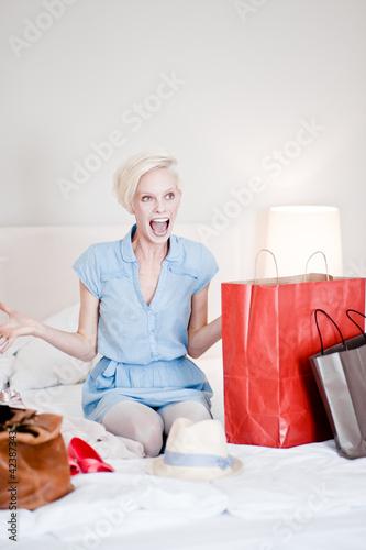 junge Frau schreit vor Freude
