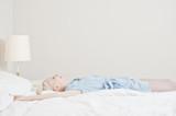 Fototapety Frau liegt im Bett