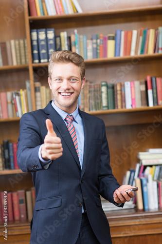 Geschäftsmann zeigt mit Daumen nach oben