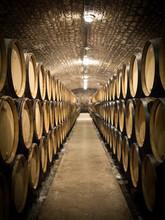 Beczki w piwnicy winiarskiej