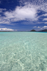 煌めく美しい海と白い雲