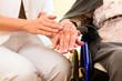 Alter und Pflege - Pflegerin und Seniorin im Altenheim