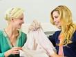 Online-Shopping: Freundinnen begutachten Einkäufe