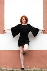 Rothaarige Frau im schwarzen Kleid
