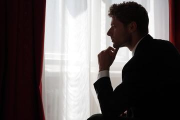 Geschäftsmann nachdenklich, einsam und müde