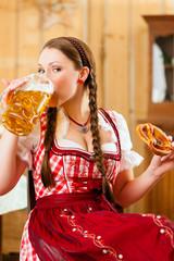 Junge Frau in Bayerischer Tracht in Wirtschaft oder Restaurant