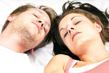Verträumtes glückliches Paar im Bett