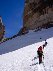 Alpinisti arrivano sul passo innevato