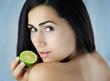 Piękna dziewczyna trzymająca zieloną cytrynę