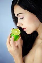 Młoda kobieta trzymająca owoc