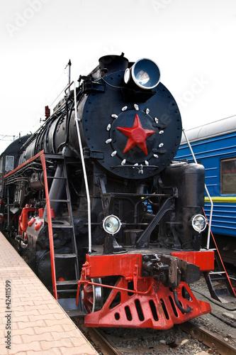 Stary pociąg parowy opuszcza stację