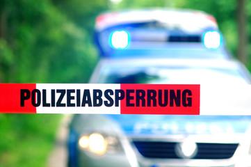 Polizeiabsperrung mit Polizeifahrzeug