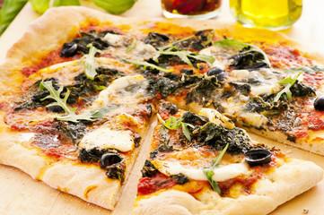 Pizza mit Spinat und mozzarella