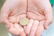 mani con moneta da 50 centesimi