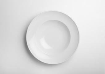 plato hondo sobre fondo blanco
