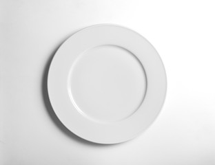 Plato llano sobre fondo blanco