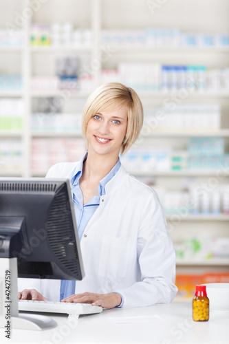 lächelnde apothekerin an der kasse