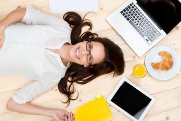lachende studentin zwischen laptop und frühstück
