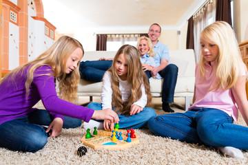 Familie spielt Mensch ärgere Dich nicht