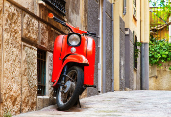 Alter, roter Motorroller