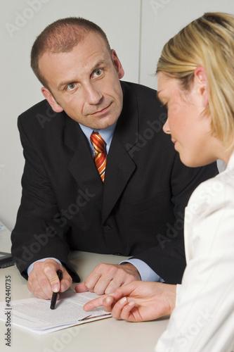 Angestellte rechtfertigt sich vor ihrem Chef