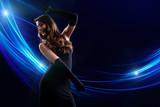 attraktive tanzende Frau vor Lichterhintergrund