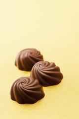 金色の背景にチョコレート
