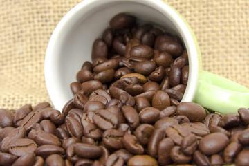 Kaffeebohnen und eine Tasse