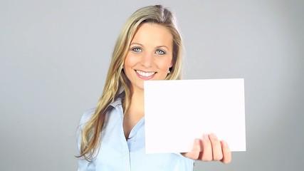 Frau mit weißem Hinweissschild in der Hand