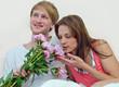 Junges, verliebtes Paar mit Pfingstrosen