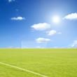 Fussballfeld am sonnigen Tag