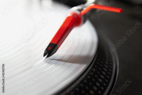 profesjonalny-gramofon-odtwarzajacy-plyte-winylowa