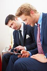 Geschäftsleute arbeiten zusammen unterwegs