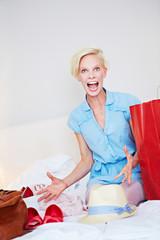 Frau jubelt nach erfolgreichem Einkauf