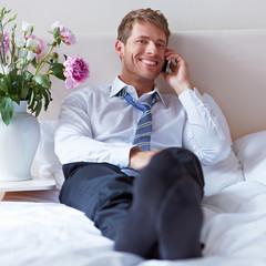 Zufriedener Geschäftsmann telefoniert