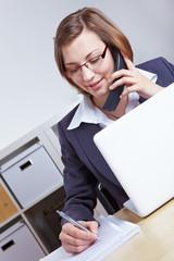 Anwältin macht telefonische Beratung