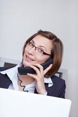 Geschäftsfrau ruft Hotline an