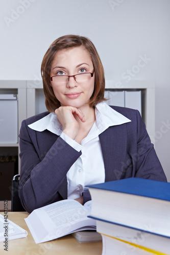 Anwältin studiert Bücher im Büro
