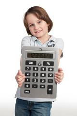 schüler präsentiert großen taschenrechner