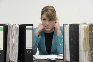 Buchhalterin sitzt hinter ihren Akten