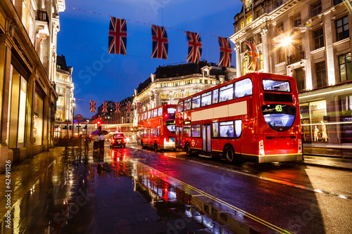 Staande foto Londen rode bus Red Bus on the Rainy Street of London in the Night, United Kingd