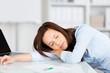 geschäftsfrau schläft am schreibtisch