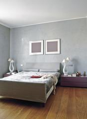 moderna camera da letto con parquet