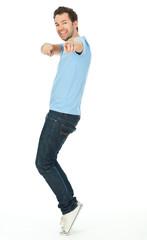 junger mann auf zehenspitzen
